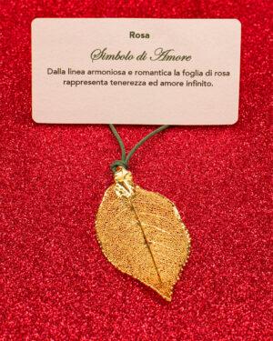 Ciondolo foglia di rosa oro giallo. simbolo di amore